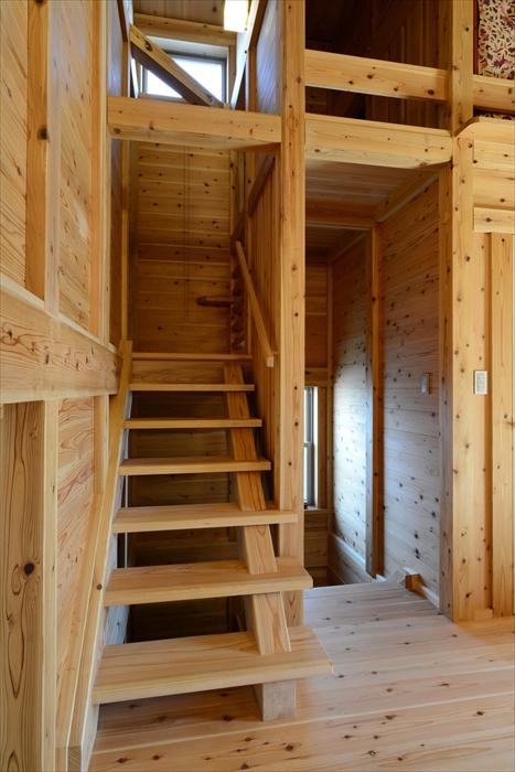 階段にも無垢材を使用し、やさしい肌触りが感じられます。